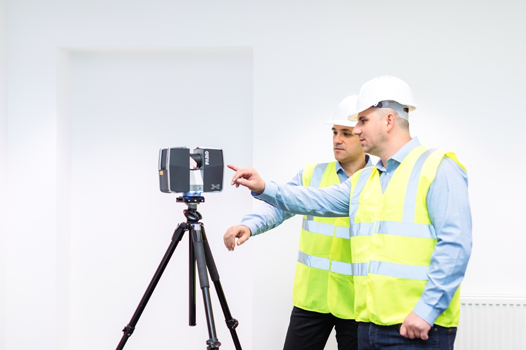picture of technicians in front of laser scanner during laser scanning in construction use